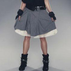 Oryginalna spódnica z wieloma zakładkami, stwarza wrażenie warstwowości. Wykonana z ciepłej i miłej w dotyku dzianiny dresowej Ożywia każdą stylizację.