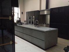 Beton keuken: blad, zijwang én frontjes! Concrete kitchen: top, side and fronts all in concrete!