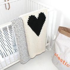 Crib Size Heart Knitted Baby Blanket   YarningMade