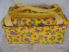 Lunch Bag ou Lancheira térmica feita tecido 100% algodão e forrada com tecido térmico. Fechamento com zíper. <br> <br>Mede aproximadamente 23cm de largura, 12cm de altura e 13cm de profundidade.