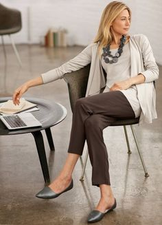 casual fashion For Women Over 50 fashion tips,fashion Comfy Work Outfit, Classy Work Outfits, Business Casual Outfits, Simple Outfits, Office Outfits, Office Wear, Brown Pants Outfit For Work, Casual Attire, Work Attire