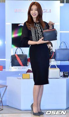Park Shin Hye looks elegant at the Bruno Magli event 2015