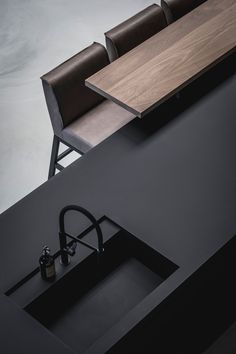 A part of the kithcen of Showroom design and realization by the architects and stylists of Kabaz. Check out the entire showroom. Best Kitchen Designs, Modern Kitchen Design, Interior Design Kitchen, Küchen Design, House Design, Rustic Cafe, Kitchen Showroom, Japanese Interior Design, Piece A Vivre