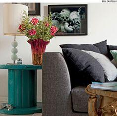 Pintada de azul, a bobina de madeira agora é mesa lateral no apartamento do arquiteto Mauricio Karam.