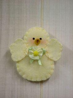 Signs of Spring: Chick Pin/Magnet. For baby shower Handmade Ornaments, Felt Ornaments, Christmas Ornaments, Felted Wool Crafts, Felt Crafts, Easter Tree Decorations, Felt Animal Patterns, Felt Birds, Spring Sign