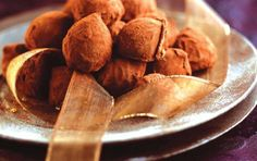 Truffles with cognac and cocoa My Favorite Food, Favorite Recipes, Snack Recipes, Snacks, Greek Recipes, Truffles, Cocoa, Almond, Recipies