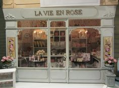 Nostalgie in miniature shop shabby chic Vitrine Miniature, Miniature Rooms, Miniature Houses, Miniature Crafts, Store Concept, Dolls House Shop, Shop Fronts, Miniture Things, Small World