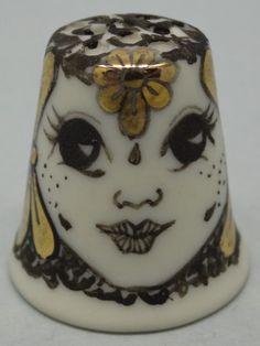 Gili Davis. Porcelana pintada a mano. Thimble-Dedal-Fingerhut.