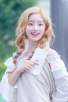 Holy shit an albino Japanese! Nayeon, Kpop Girl Groups, Korean Girl Groups, Kpop Girls, K Pop, Idol, Twice Once, Twice Dahyun, Twice Kpop