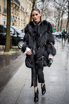 Olivia Palermo is seen in the streets of Paris after the Giambattista Valli show during Paris Fashion Week Womenswear Fall/Winter on March 6 2017 in Paris Olivia Palermo, Fur Fashion, Paris Fashion, Winter Fashion, Winter Chic, Fall Winter, Casual Winter, Mtv, St Style