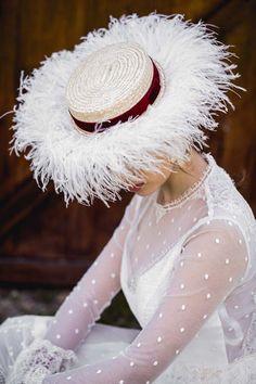 En esta boda hay mucha pluma Sombreros Fascinator, Fascinator Hats, Fascinators, Race Day Hats, Bridal Hat, Millinery Hats, Fancy Hats, Doll Hair, Burgundy Wedding