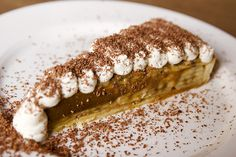 The Spotted Pig My first time eating banoffee pie. Oh man, this is tasty. Bananas, cream, and dulce de leche in a crust. Great Desserts, Köstliche Desserts, Summer Desserts, Delicious Desserts, Banoffee Pie, British Desserts, World Recipes, Pie Recipes, Tolle Desserts