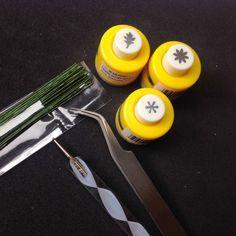 Miniature chrysanthemum tutorial - We Love Miniatures Handmade Flowers, Diy Flowers, Paper Flowers, Miniature Plants, Miniature Dolls, Miniature Houses, Minis, Dollhouse Tutorials, Dollhouse Ideas