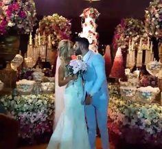 03.out.2016 - Os noivos assistem a queima de fogos após a cerimônia. Gusttavo Lima e Andressa Suita se casam em cerimônia luxuosa
