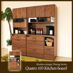 モダンで深い色味のブラウンカラーが落ち着いた印象のクアトロシリーズの105キッチンボードです。シンプルで機能的なキッチンボードは、食器も家電もまとめておしゃれに収納できます。■商品名クアトロ 105 キッチンボード / Quatro 105■サイズ本体 : 幅104.6cm × 奥行45.0cm × 高さ185.0cm■材質アルダー無垢含浸紙■備考日本製 完成品(※取っ手のみ取付あり。配送時は脚、取っ手を外し上下段分けて配送いたします。)※商品写真の色は実際の色味を再現するようにしていますが、お使いのモニターやPCの環境等によって違って見える場合がございます。■用途・コンセプト食器棚/キッチン収納/カップボード/キッチンボード/ダイニングボード/キッチンキャビネット/北欧風/北欧家具/送料無料