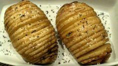 Batatas Hasselback: lindas de se ver e deliciosas!!!   Apesar do nome complicado, esta receita, sem lactose e sem glúten, é muito fácil de fazer. Receita:www.cozinhadepersefones.wordpress.com #batatas #batatashasselback #semlactose #semglúten #vegetariana #vegetariano #vegano #vegan #vegetarian #glutenfree #lacfree #dairyfree #singluten #sinlactosa #potato #papashasselback #papas #hasselbackpotato #receitadebatatashasselback #recipe #receta #batatashasselbacksemlactose