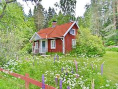 Red Swedish house in an idyllic setting Swedish Cottage, Red Cottage, Cottage Style, Sweden House, Red Houses, Summer Cabins, Modern Garden Design, Cabins And Cottages, Interior Exterior