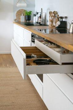 Ikea Metod Kitchen, Ikea Kitchen Design, Small Kitchen Layouts, Kitchen Interior, Kitchen Decor, Open Plan Kitchen Living Room, New Kitchen, Voxtorp Ikea, Kitchen Organisation