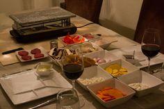 Gourmetten, steengrillenen andere vormen daarvanblijven een populaire dinervorm tijdens de feestdagen. Het vergt weinig voorbereiding en de gastvrouw/-heer hoeft niet continu van tafel, waardoor het vooral tijdens de feestdagen erg makkelijk engeliefdis. Bovendien is het vooral een gezellige, avondvullendebezigheid.  Welke wijn kun je daar nou bij schenken? Door de diversiteit aan ingrediënten welke worden gebakken en