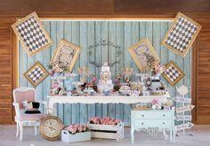 Decoração vintage dá charme ao tema Alice no País das Maravilhas