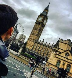 Olhando a hora mais certa do mundo... #inglaterra #england #londres #london #lindo #Iphoneonly #frio #nublado #europa #brasileiro #europe #eurotrip #torre #bigbang #londoneye #parlamento  #blogmochilando #trippics #picoftheday #phototheday #beatifull #ferias #treveling #wonderful #instagood #carioca #brasileiroviajante by luan_modenesi