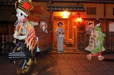 節分の2/2、2/3、京都の祇園では「おばけ」という風習があります。  この日は芸舞妓さん達が色んな仮装をして仕事をし、寸劇なども披露してお客さんを 楽しませてくれるので、あちこちのお座敷で引っ張りだこで大忙し(^_^)♪
