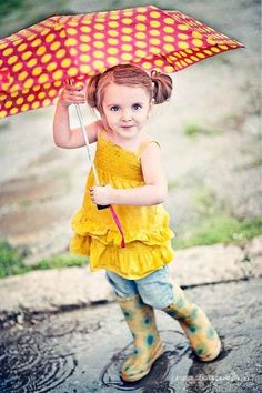 Get out that umbrella - Ways to Make the Most of Rainy Days with Your Kids - Photos Rainy Day Photography, Rain Photography, Spring Photography, Children Photography, Compositor Musical, Rainy Day Photos, Kind Photo, Poses Photo, Walking In The Rain