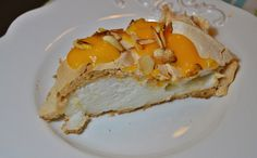 Pavlova com doce de ovos, amêndoa e pinhão - http://www.sobremesasdeportugal.pt/pavlova-com-doce-de-ovos-amendoa-e-pinhao/