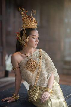 Thailand National Costume, Thailand Costume, Traditional Thai Clothing, Traditional Dresses, Bali Wedding Dress, Modern Dance Costume, Thailand Fashion, Thai Fashion, Thai Dress