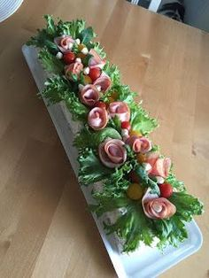 kinkku voileipäkakku Meat Trays, Meat Platter, Cheese Platters, Food Platters, Sandwich Cake, Sandwiches, Food Plating Techniques, Food Bouquet, Salad Cake