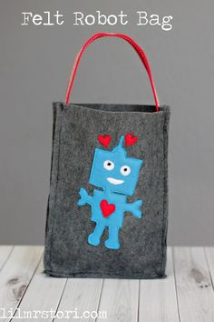 Easy Felt Robot Bag - an adorable felt sewing project for valentine's day