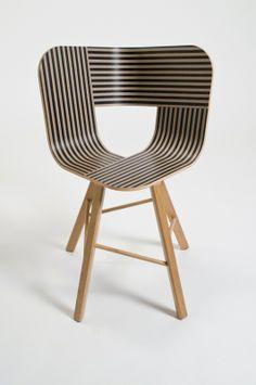 Tria Wood 4 - Designer Lorenz-Kaz (For Colé) - Er zit een klein Nederlands tintje aan dit ontwerp. Het is geïnspireerd op het lijnenspel van Escher. Een stoel met een apart, leuk lijnen spel. Ook erg simpel op zichzelf maar door de lijnen is het ontwerp helemaal af en druk genoeg om naar te kijken.
