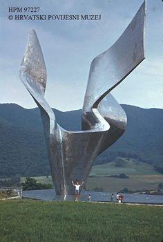 """Spomenik pobjedi revolucije naroda Slavonije"" u selu Kamenska nadomak Požege, na brdu Blažuj, djelo kipara Vojina Bakića."