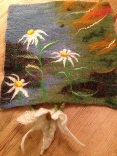Wet felted pad with Oxeye Daisy Tovet sitteunderlag med prestekrager