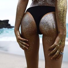 Want to be super trendy for summer? Learn all about the glitter booty trend, how to get the look, and why you should show off your bottom like a unicorn-mermaid! The Bikini, Bikini Girls, Glitter Photography, Fashion Photography, Glitter Bomb, Glitter Gif, Up Girl, Beach Bum, Booty