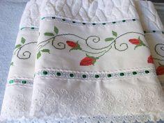 Conjunto de toalhas ,Banho e Rosto <br>Bordadas em ponto de cruz <br>Bordada em tiras de etamine <br>Acabamento bico bordado inglês e passafita de algodão <br>Aceitamos encomendas na cor desejada