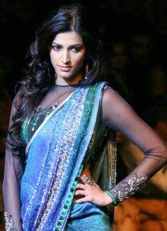 Love the blouse! #ShrutiHasan