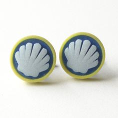 White shell on blu and yellow button cufflinks di DARQCREATIONS