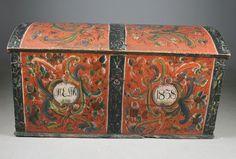 Rosemalt kiste med rød bunnfarge, eierinitialer og datering 1838, fra Rauland, Telemark. L: 122 cm. Prisantydning: ( 12000 - 15000) Solgt for: 10000