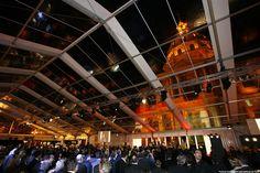 Diese Jumbohalle mit verglastem Dach dient als mobile Eventlocation.
