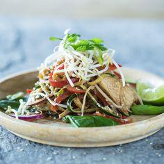 Thai Hühnchen mit Zucchini Nudeln in Chili-Erdnuss-Sauce_featured