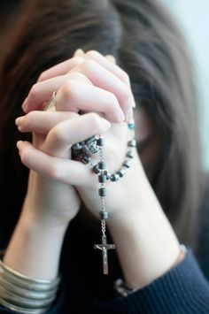 Young woman praying the rosary. Hand Photography, Teen Girl Photography, Rosary Bead Tattoo, Rosary Beads, Stylish Girls Photos, Stylish Girl Pic, Beautiful Girl Photo, Cute Girl Photo, Praying Hands With Rosary