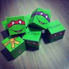 Caixinha - Tema Tartarugas Ninjas  Medidas Aproximadas: 6 cm (A) x 6 cm (C) x 6 cm (L)    * Pode ser feito em outros temas, cores e texto.  * Pedido mínimo de 30 unidades.  *Observações:  1. O prazo de produção será de 15 dias (após a aprovação do pagamento).  2. A impressão será feita no papel c...