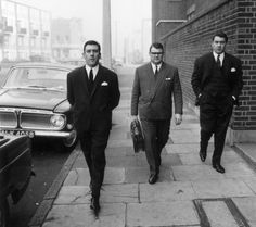 Notorious East End gangsters Ronnie (right) and Reggie (left) Kray, on their way to the Thames Street court in London. East End London, Old London, Twin Photos, Old Photos, Iconic Photos, Rare Photos, The Krays, Twin Tattoos, Mafia Gangster