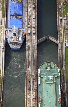 Canal do Panamá com vista aérea de dois navios durante as manobras em Gatun,…