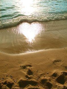 波に太陽が移ってハート型に。heart in the sun   A!@attrip