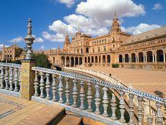 Séville la Plaza de Espana  avec son spectaculaire Pavillon d'Espagne, construit au 20e mais dans le style néo-renaissance. Arcades, colonnes et canaux participent au cadre grandiose de cette place.
