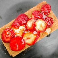 Een heerlijk gezond gebakje #volkoren #cracker met #verse #aardbeien en #honing direct van de #imker