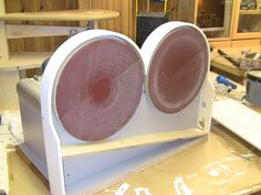 Building The Double Disc Sander I needed a disc sander for shaping and sanding parts and did not want to mess around with changing grit on and off, so I decided to make a double one with 2 dis… Woodworking Hand Tools, Woodworking Workshop, Woodworking Projects, Dremel, Viking Tent, Homemade Machine, Wood Jig, Home Workshop, Workshop Ideas