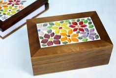 Os seus cartões ou mesmo aqueles que você recebe e gosta de guardar para usos futuros, podem ser armazenados com beleza e bom gosto... Que tal essa caixinha em imbuia, com mosaico em pastilhas de vidro cristal com delicadas e coloridas flores e folhas, todas recortadas manualmente? É também uma i... Mosaic Projects, Wood Projects, Mosaic Art, Mosaic Glass, Mosaic Furniture, Applique Cushions, Mosaic Flowers, Clay Tiles, Mosaic Patterns